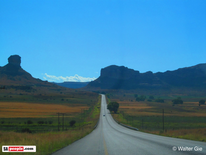 road-from-fouriesberg-to-clarens-696x522